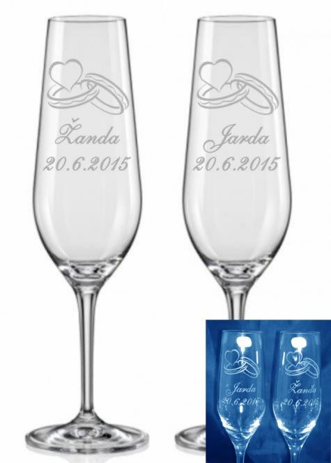 Svatební sklenice s prstýnky, jmény a datem svatby